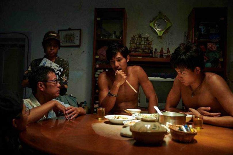 《東經北緯》是已故三金影帝吳朋奉(左)生前最後一部作品,柯鑑育和鄭凱在片中飾演他的兒子。(圖/CATCHPLAY提供)