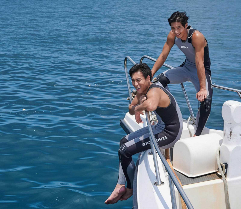 柯鑑育和鄭凱因為拍攝《東經北緯》愛上大海,還考取潛水教練的執照。(圖/CATCHPLAY提供)