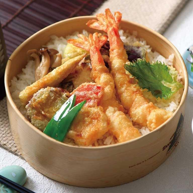 炸蝦便當有著外脆內鮮甜的現炸鮮蝦,搭配多種時蔬天婦羅。