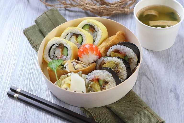 綜合壽司盒清爽又兼具份量,內含海苔壽司捲、蛋皮壽司捲各三顆、豆皮壽司兩顆,與鮮蝦壽司一顆。