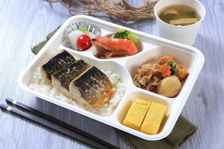 台北老爺日式烤鯖魚便當,採用高品質鯖魚以鹽烤方式烤至噴香酥脆、肉質軟嫩細緻,搭配清爽開胃日式小菜,美味又無負擔。