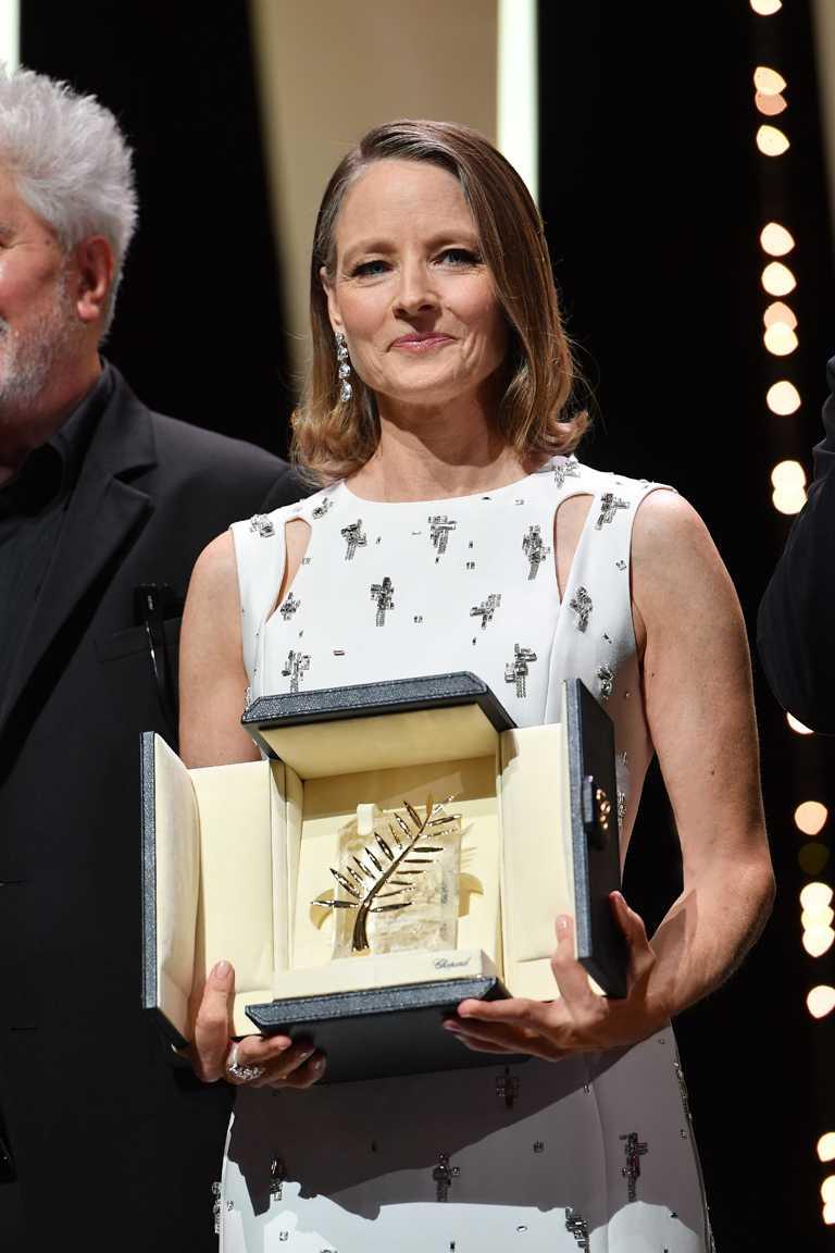 影后茱蒂佛斯特獲頒今年坎城影展「榮譽金棕櫚」終身成就獎,場面令人動容。(圖╱Chopard提供)