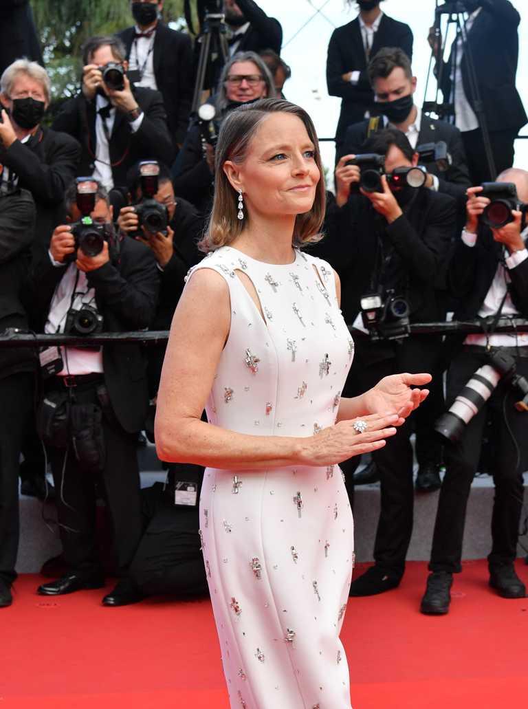 金獎影后茱蒂佛斯特,穿著白色GIVENCHY Haute Couture高訂禮服,佩戴一對蕭邦「Red Carpet」系列符合倫理道德標準的18K白金耳環,及一枚蕭邦「Haute Joaillerie」高級珠寶系列的鉑金戒指,出席2021坎城影展開幕典禮。(圖╱Chopard提供)