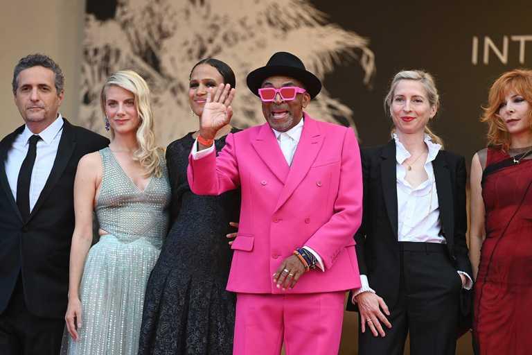 2021年第74屆坎城影展評審團主席導演史派克李,身穿搶眼的LOUIS VUITTON桃紅色訂製西裝,率領法國女星梅蘭妮蘿倫等一眾評審亮相開幕典禮。(圖╱Cartier提供)