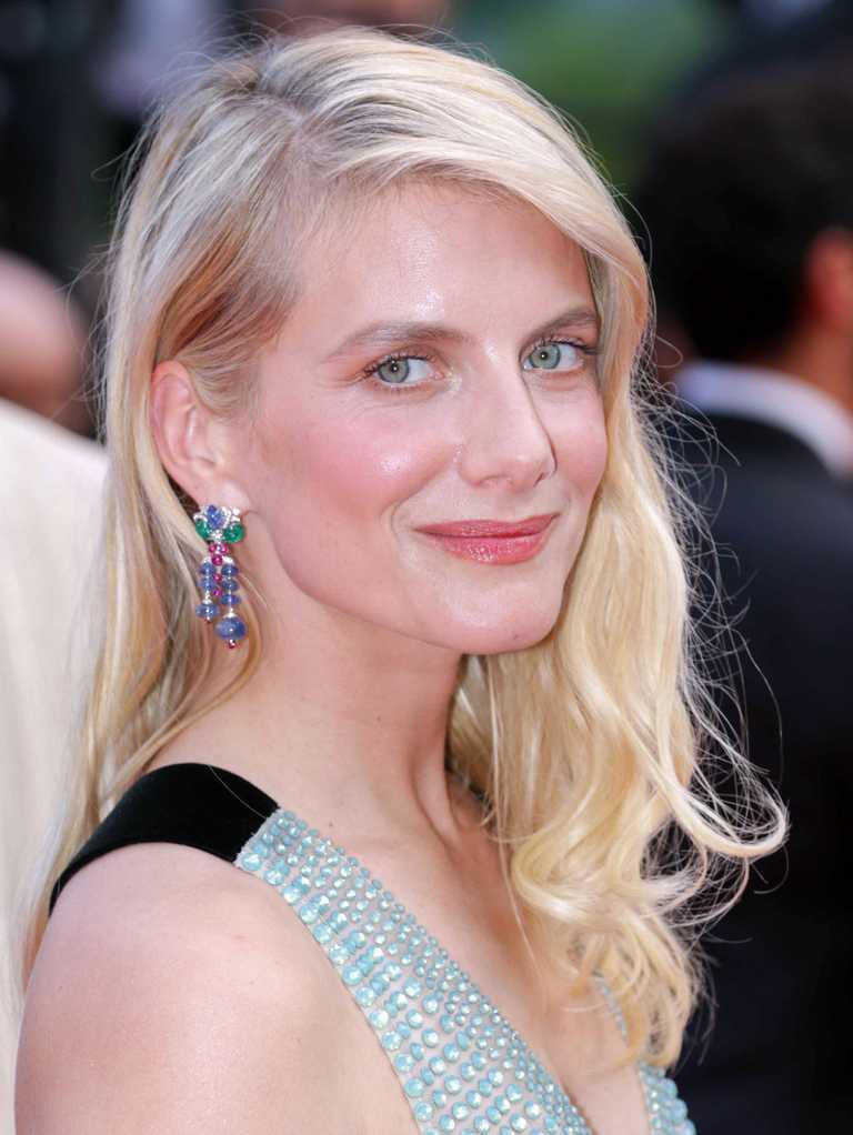 法國氣質女星梅蘭妮蘿倫,佩戴卡地亞頂級珠寶系列「Tutti Frutti水果錦囊」耳環,出席第74屆坎城影展。(圖╱Cartier提供)