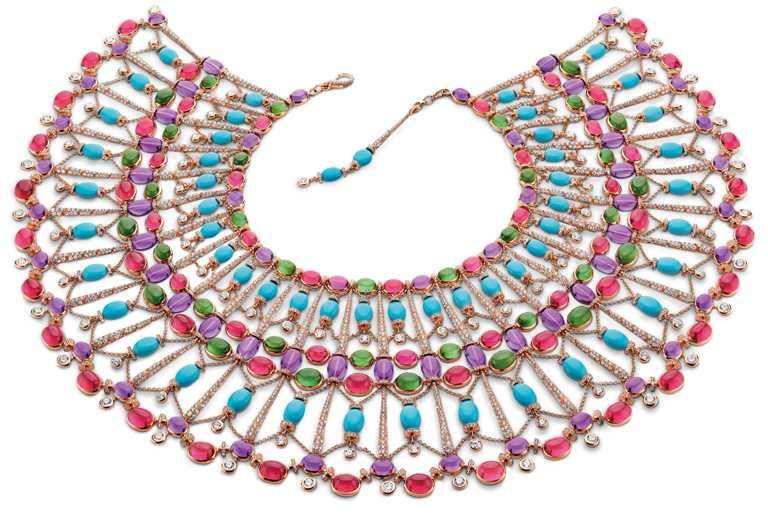BVLGARI「Cleopatra」頂級彩寶披巾式頸鍊,頂級玫瑰金披巾式(Poncho)頸鍊,鑲嵌27顆紫水晶圓珠、66顆蛋面切割坦桑石、67顆蛋面切割玉髓、54顆綠松石圓珠、808顆圓形明亮切割鑽石與密鑲鑽石。(圖╱BVLGARI提供)
