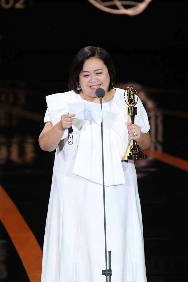 榮獲本屆金鐘獎視后的鍾欣凌,一上台便哽咽謝謝天公伯以及眾神明。(圖/三立電視提供)