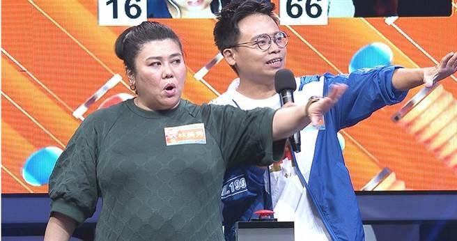 林美秀(左)和阿松(右)錄影時邀請「草屯囝仔」上自己節目,遭吳姍儒制止。(圖/公視提供)