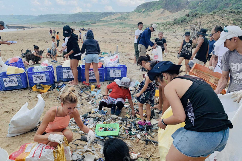 環半島淨灘活動吸引遊客及在地業者共襄盛舉,為環保生態盡力 。(圖/台灣潛水提供)