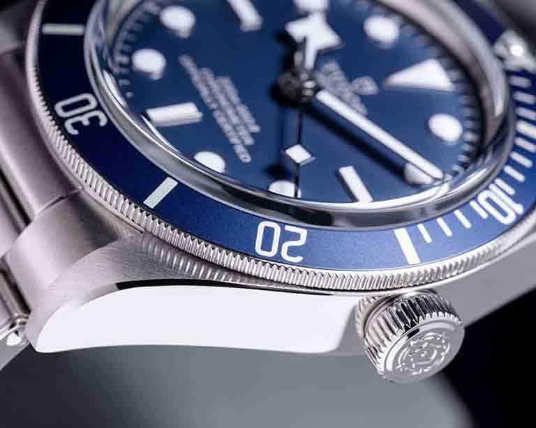 TUDOR「Black Bay Fifty-Eight」海軍藍款腕錶,採用海軍藍錶面及外圈,延續「帝舵藍」的悠久傳統並融入現代風格。(圖╱TUDOR提供)