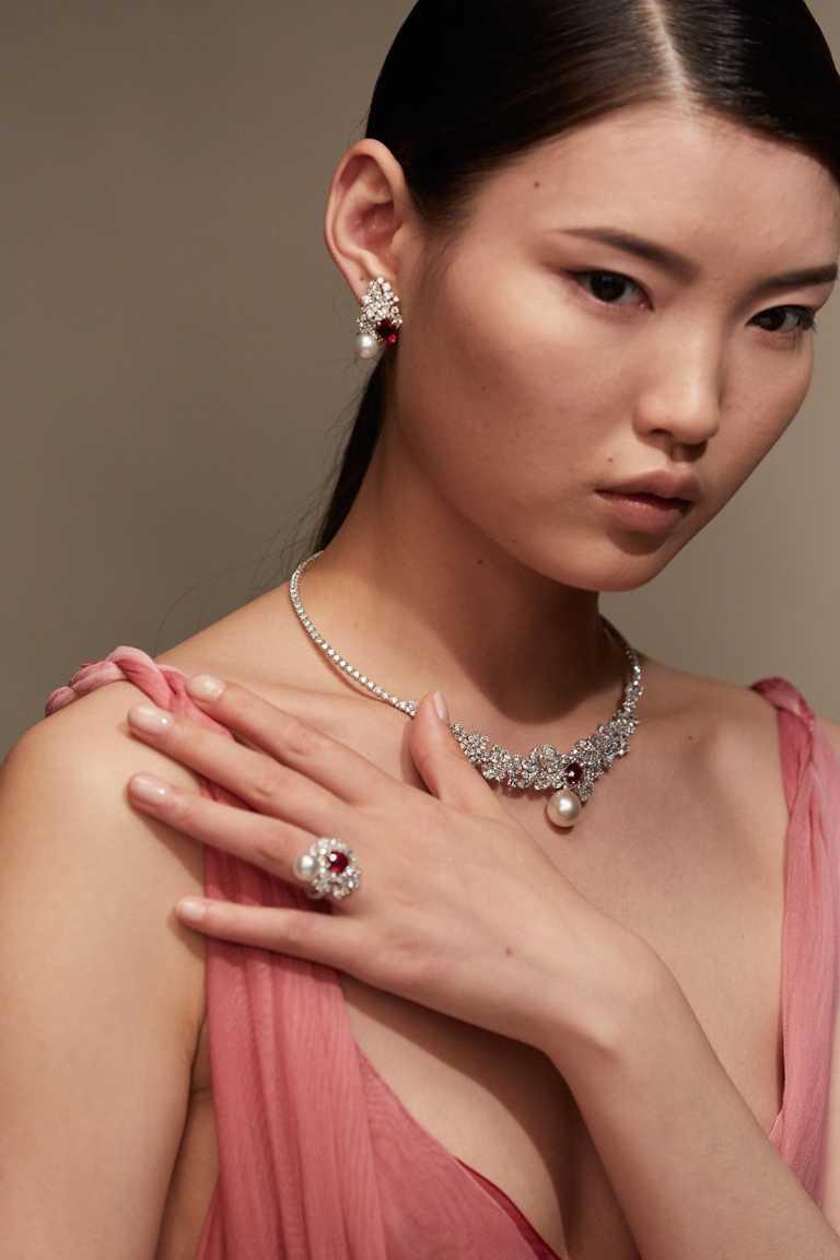 (由上至下)DIOR「Tie & Dior」系列高級珠寶,紅寶石白色珍珠耳環╱14,500,000元;紅寶石白色珍珠項鍊╱29,000,000元;紅寶石白色珍珠戒指╱14,500,000元。(圖╱DIOR提供)