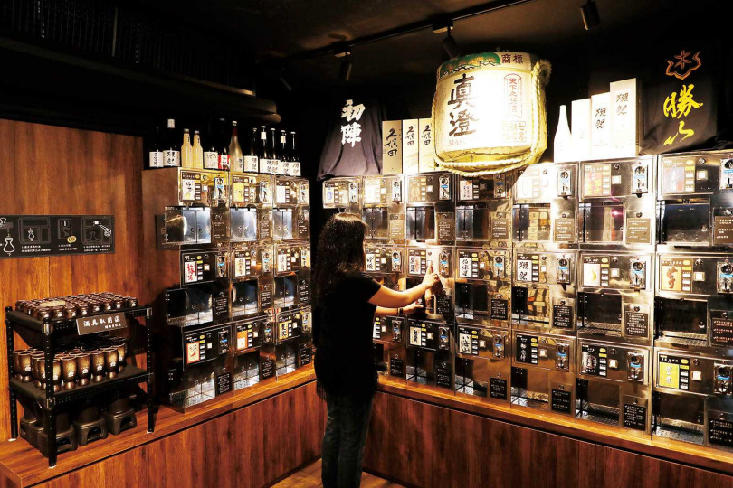 價格平實且選擇多樣的清酒自動販賣機,讓人們更容易嘗試並認識清酒。(圖/于魯光攝)