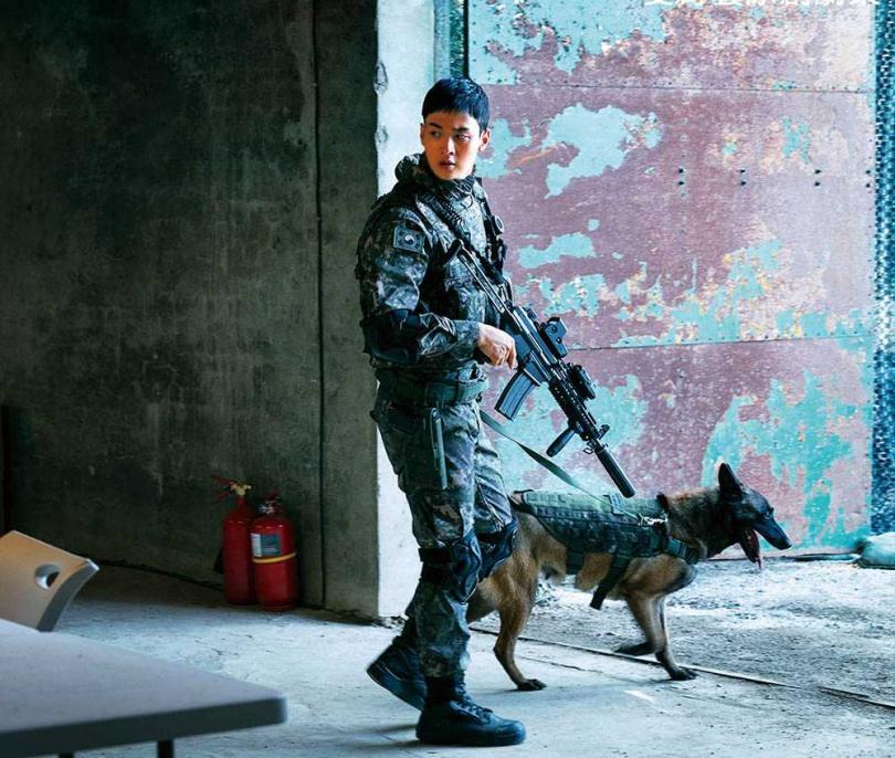 劇中的狗演員被鞭炮聲嚇到狂奔至山中,劇組找了大半天才找到牠。(中:張東潤)(圖/翻攝自OCN)