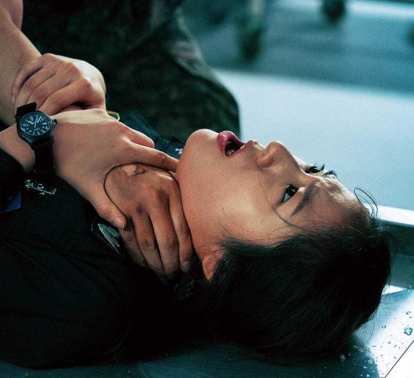 鄭秀晶面對打鬥戲表示,還好有過去在女團f(x)的跳舞訓練,對她幫助很大。(圖/翻攝自OCN)