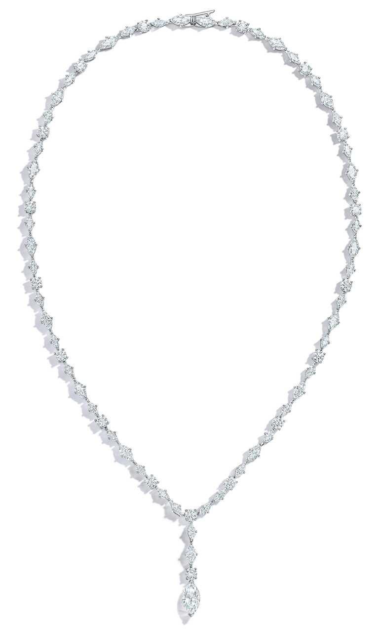 安雅泰勒喬伊佩戴TIFFANY & CO.鉑金鑽石耳環,總重逾18克拉。(圖╱TIFFANY & CO.提供)