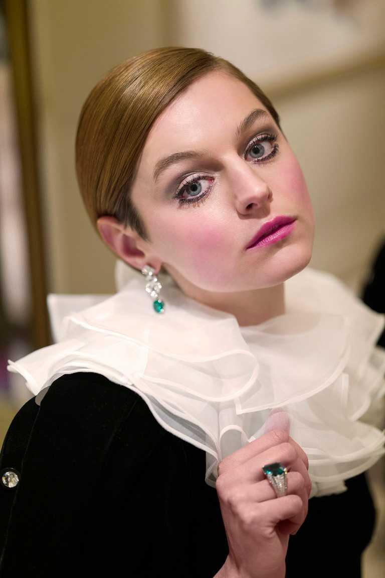 第78屆金球獎「劇情類影集最佳女主角」新科視后艾瑪科林,佩戴卡地亞頂級珠寶系列祖母綠作品出席盛會。(圖╱Cartier提供)