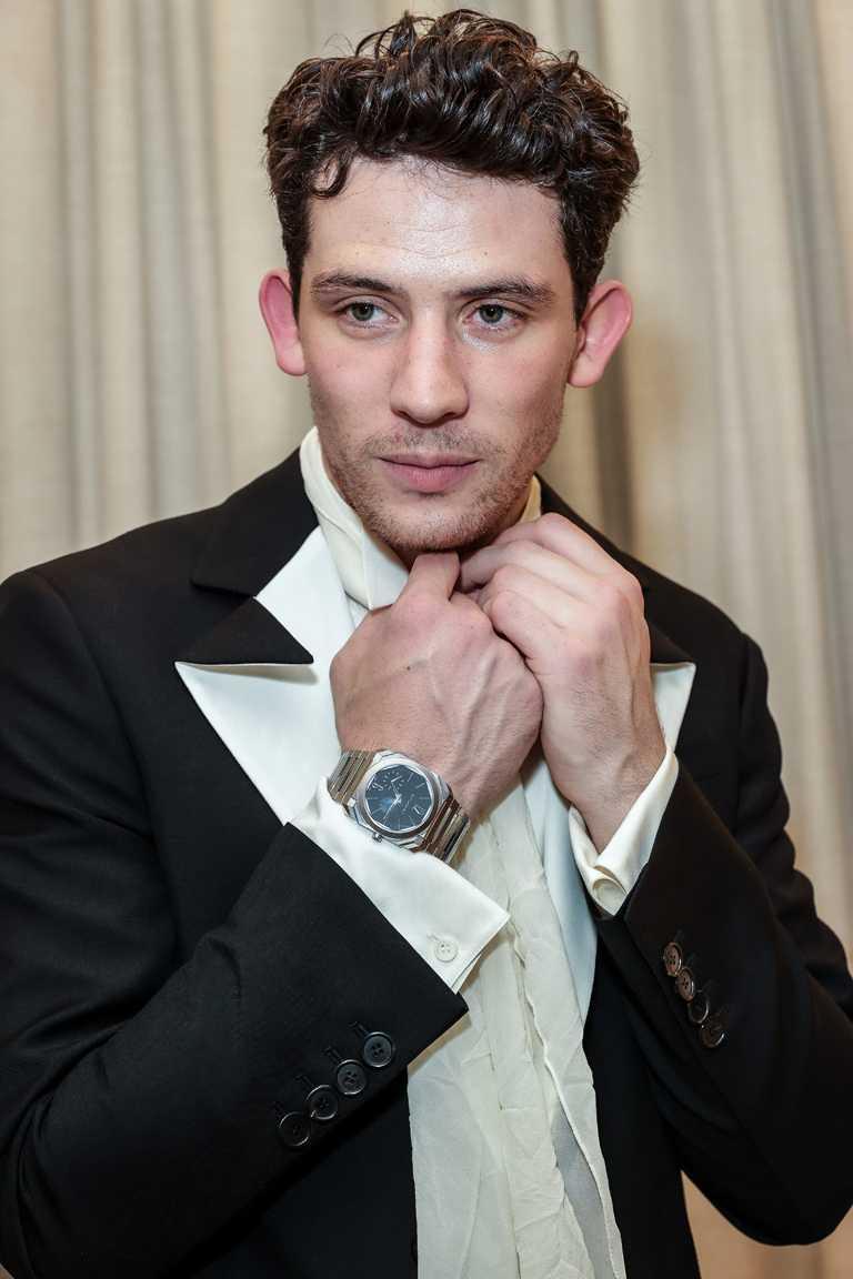 喬許歐康納榮獲第78屆金球獎「劇情類影集最佳男主角」殊榮,選擇佩戴BVLGARI「Octo Finissimo Automatic」緞面拋光精鋼超薄自動腕錶,展現紳士品味。(圖╱BVLGARI提供)
