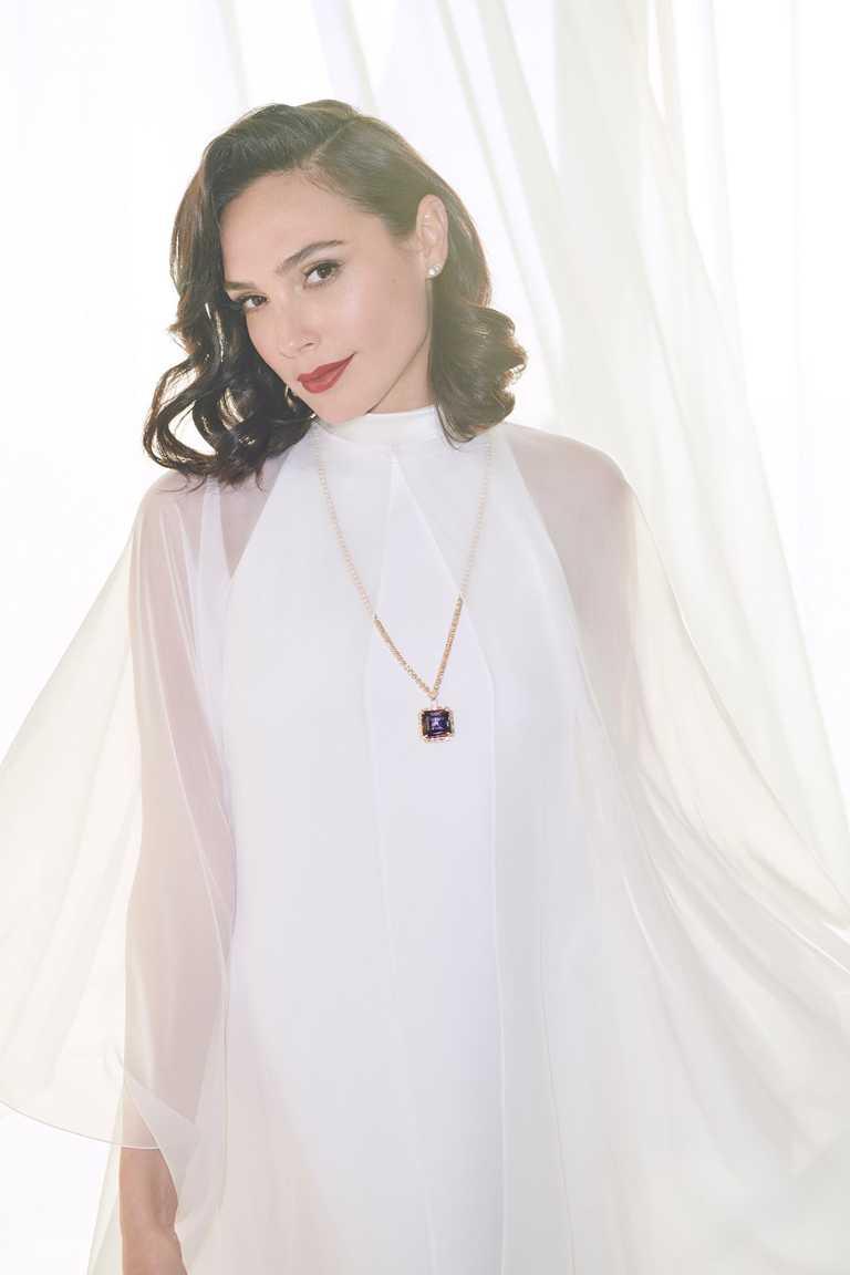 「神力女超人」蓋兒加朵,身穿GIVENCHY Haute Couture白色純絲迷你洋裝高訂禮服,出席2021金球獎頒獎典禮。(圖╱TIFFANY & CO.提供)