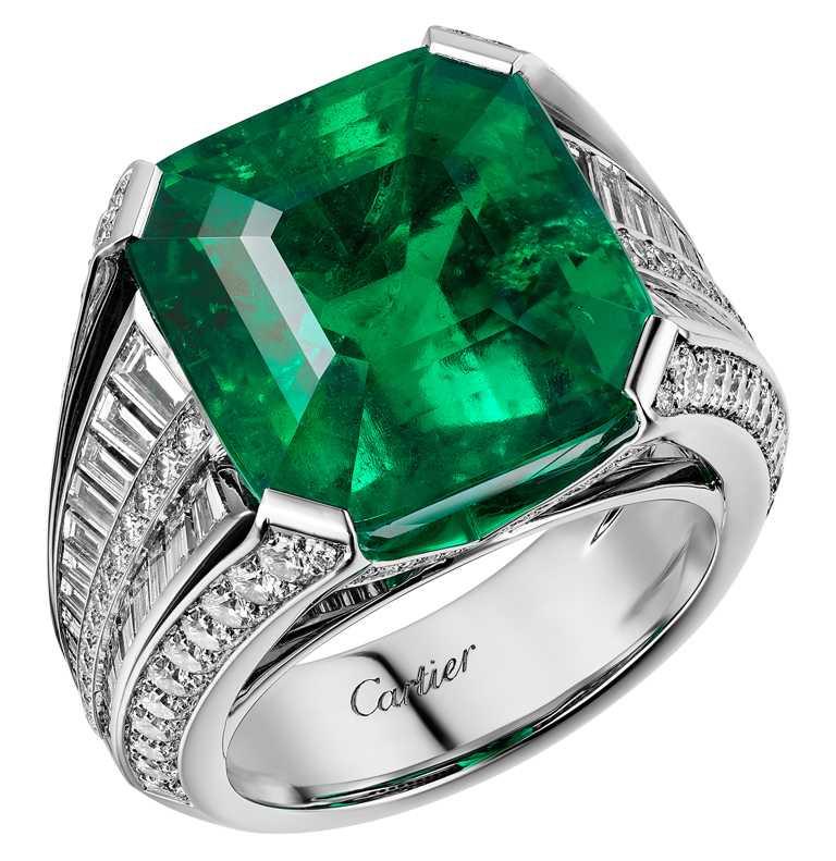 艾瑪科林佩戴卡地亞頂級珠寶系列祖母綠耳環,以鉑金鑲嵌鑽石、5.20克拉及5.16克拉的枕形切割祖母綠。(圖╱Cartier提供)