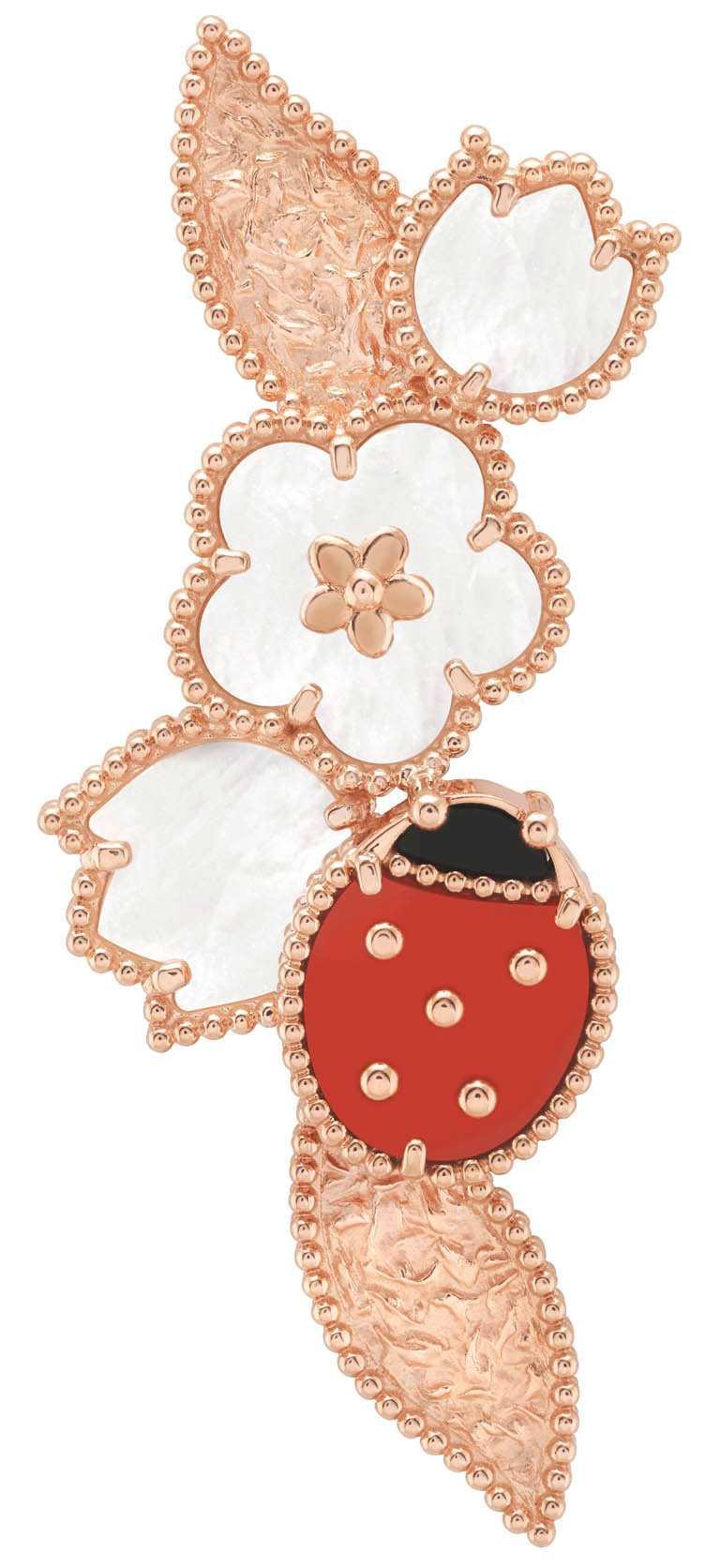 Van Cleef & Arpels「Lucky Spring」系列,瓢蟲花葉造型玫瑰金胸針╱213,000元。(圖╱Van Cleef & Arpels提供)