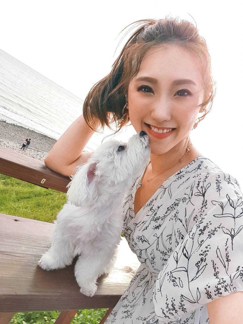愛狗的謝金晶,有空就會帶著寶貝女兒䒜䒜外出放風曬太陽。(圖/翻攝自謝金晶臉書)
