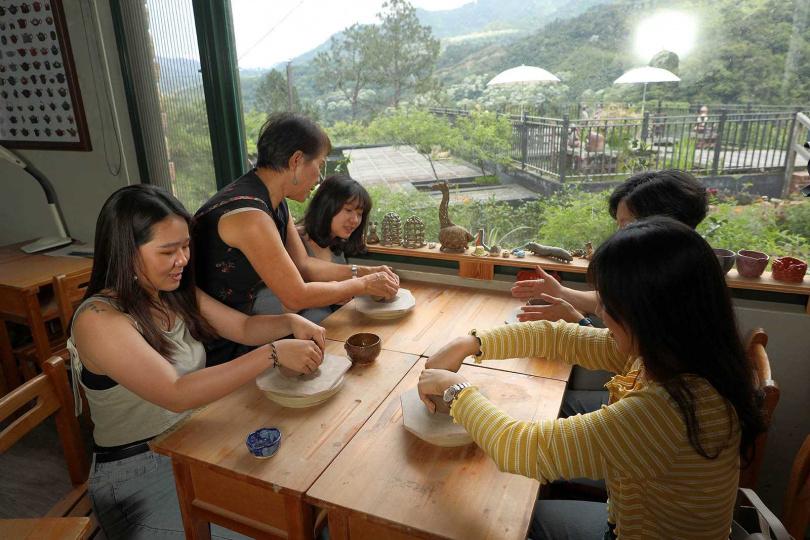 燕子陶的主人,親手帶領客人體驗捏陶。(圖/于魯光攝)