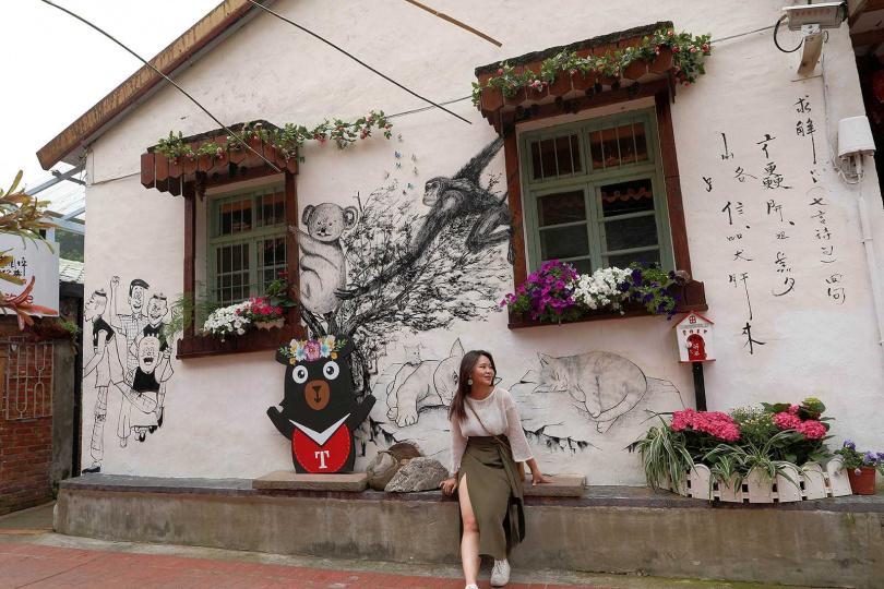 情人巷內以花卉及彩繪牆,打造多個拍照景點。(圖/于魯光攝)