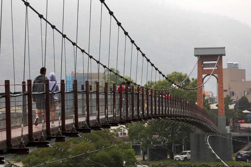 由南庄老街跨越康濟吊橋,即抵達南江水岸公園。(圖/于魯光攝)
