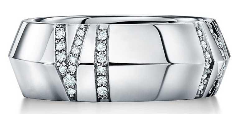 TIFFANY & CO.「Atlas X」系列,18K白金寬版鑲鑽戒指╱141,000元。(圖╱TIFFANY & CO.提供)