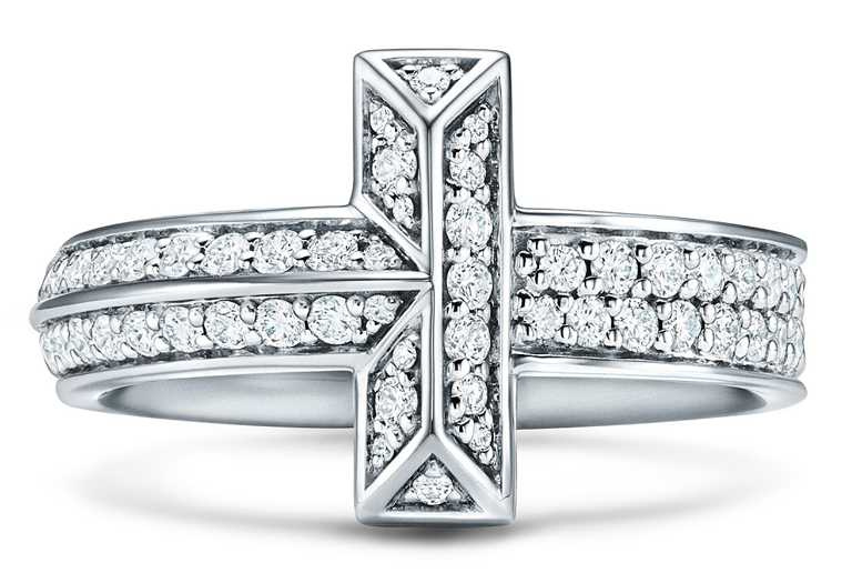 TIFFANY & CO.「Tiffany T1」系列,18K白金寬版鋪鑲鑽石戒指╱201,000元。(圖╱TIFFANY & CO.提供)