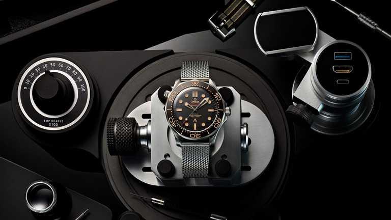 OMEGA「Seamaster海馬」系列潛水300米,007限定款腕錶,42mm,鈦金屬錶殼,8806型自動上鏈機芯╱301,000元。(圖╱OMEGA提供)