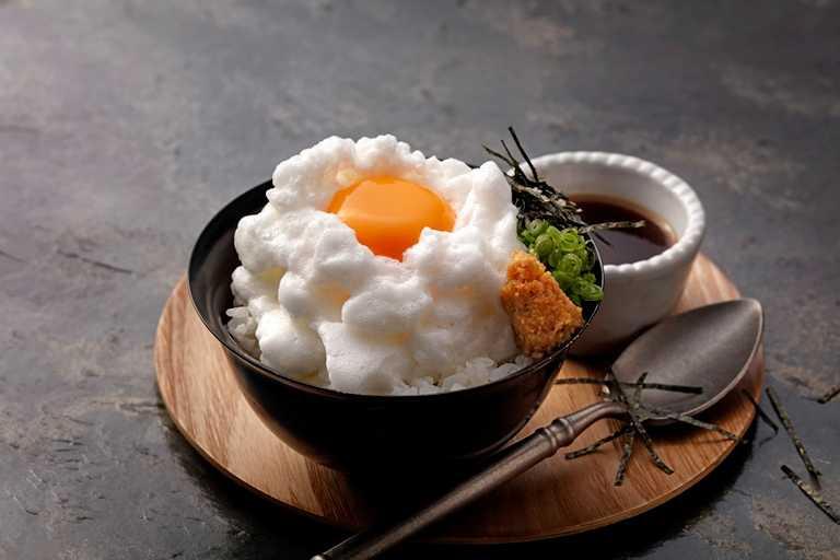 「雲蛋TKG 」是以日本生蛋拌飯為概念,將蛋白充分打發,帶來宛如雲朵般鬆軟的外觀,淋上特製醬油、拌入山葵醬油漬、海苔苔絲、蔥花等享用。(100元)