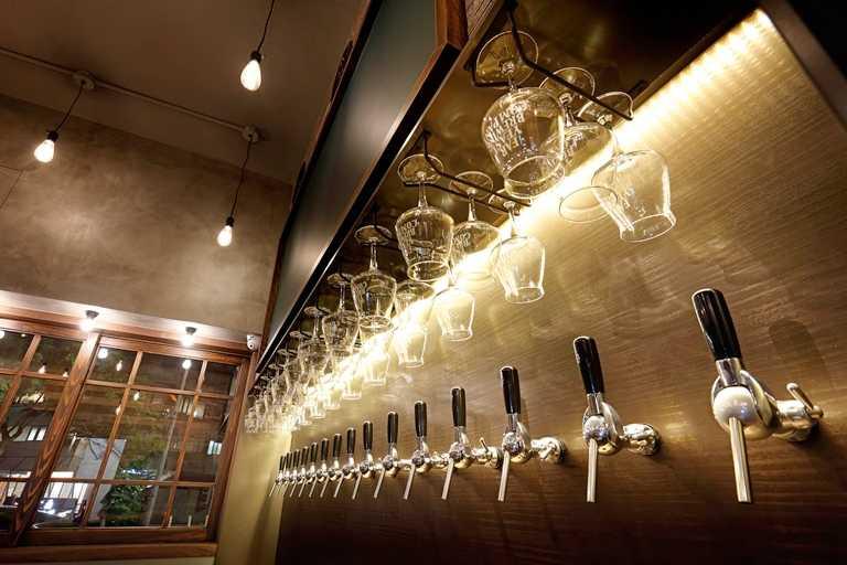 餐酒館設置15支啤酒龍頭,各種風味的日本精釀皆能嚐鮮。