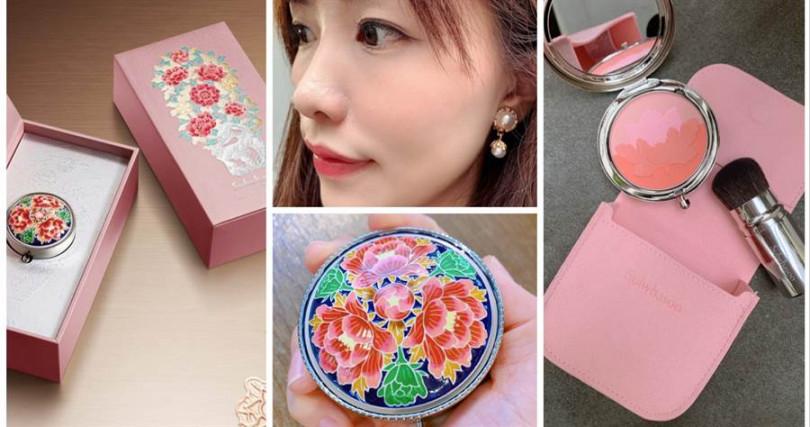 花釉彩妍盒-2019限量版 9g/5,380元  粉紅牡丹與青瓷藍的對比配色,就像是高級珠寶盒一樣讓人過目難忘。附有粉色收納套跟刷具,外出攜帶也很方便。(圖/品牌提供、吳雅鈴攝影)
