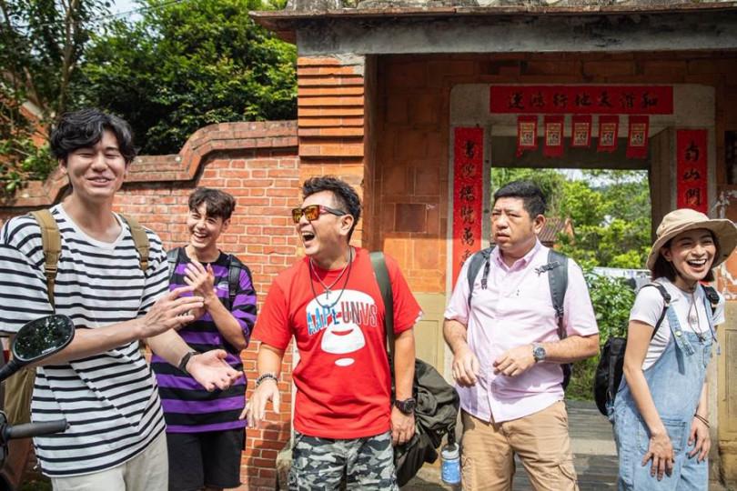 左起風田、Teddy、庹宗康、NONO、梁凱莉,一同參觀新竹關西保存最完整的三合院羅屋書院。(圖/衛視中文台提供)