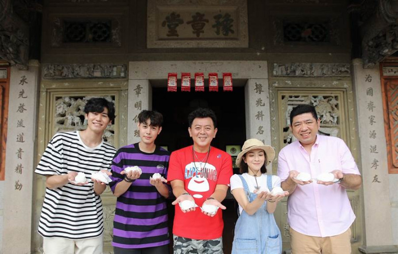 左起風田、Teddy、庹宗康、梁凱莉、NONO一起體驗做客家菜包。(圖/衛視中文台提供)