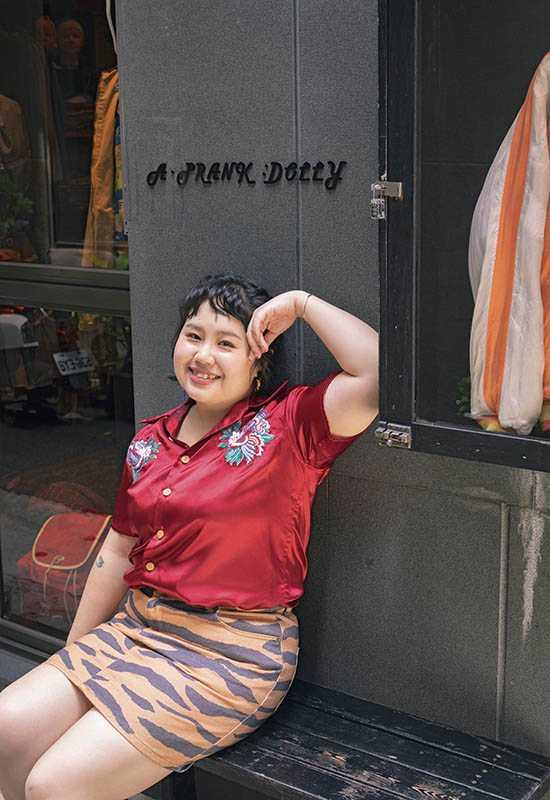 身上這件紅色襯衫,對大文有特殊意義,是讓她試鏡順利的幸運物。(圖/翻攝自大文×郭文頤臉書)