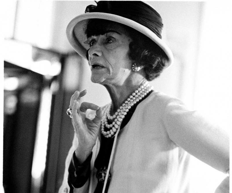 創造出斜紋軟呢外套的CHANEL創辦人香奈兒女士(Coco Chanel),充滿令人迷戀的傳奇色彩。(圖/品牌提供)