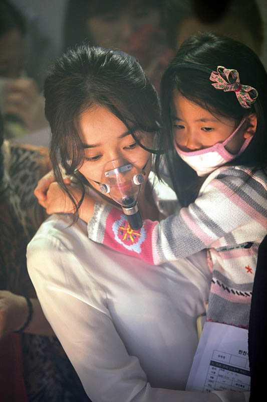 飾演醫生的秀愛,因女兒染上流感病毒而擔心不已。(圖/車庫娛樂提供)