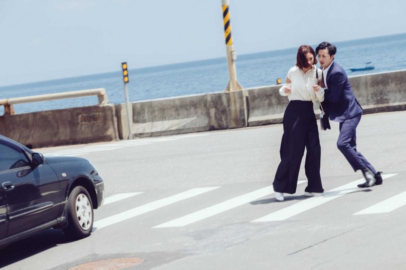 安心亞(左)過馬路恍神,古斌(右)上前搶救。(圖/歐銻銻娛樂提供)