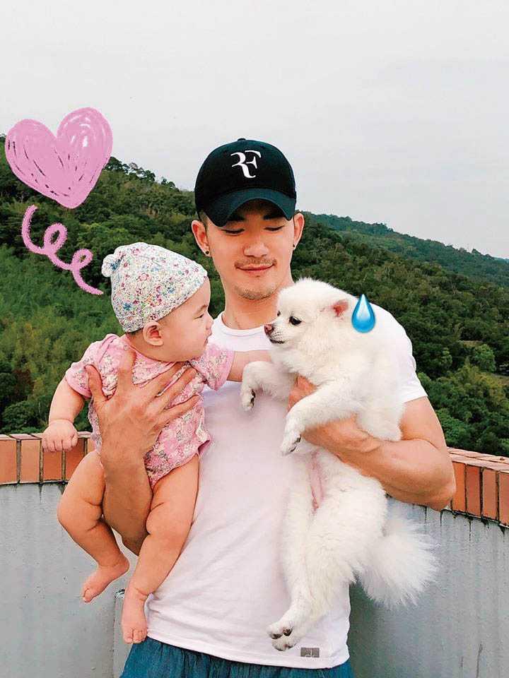 抱著女兒小麥芽、愛犬棉花糖的JR,覺得愛家就是一種魅力。(圖/翻攝自JR臉書)