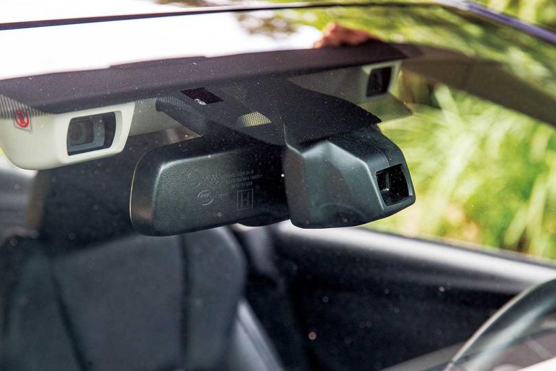 SUBARU最引以為傲的EyeSight系統,在擋風玻璃上方有三顆感測器,判斷路況更為準確。(圖/鄭清元攝)