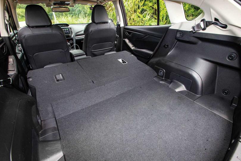 行李廂有385公升的大容量,後座倒平後更增加到835公升,幾乎是同級車最大。(圖/鄭清元攝)