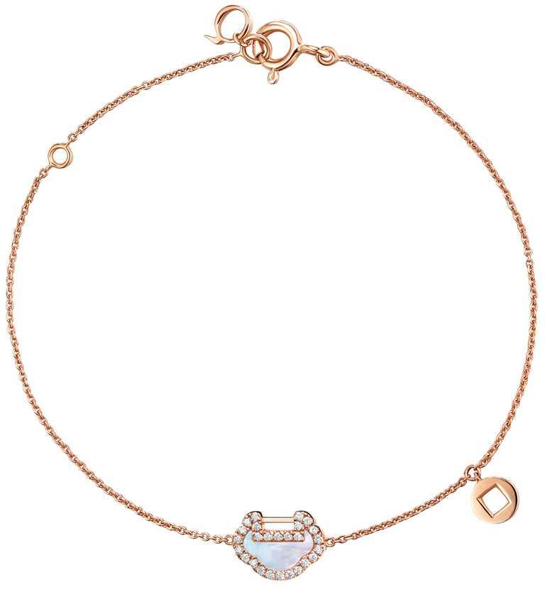 Qeelin「Petite Yu Yi系列」18K玫瑰金鑲鑽珍珠母貝手鍊╱43,500元。(圖╱Qeelin提供)