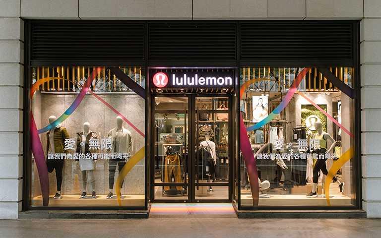 lululemon品牌彩虹緞帶設計添加黑色、咖啡色、白色、粉紅色、淡藍色,代表對於不同性別及種族的支持,意象著包容更多元的文化。(圖/lululemon提供)