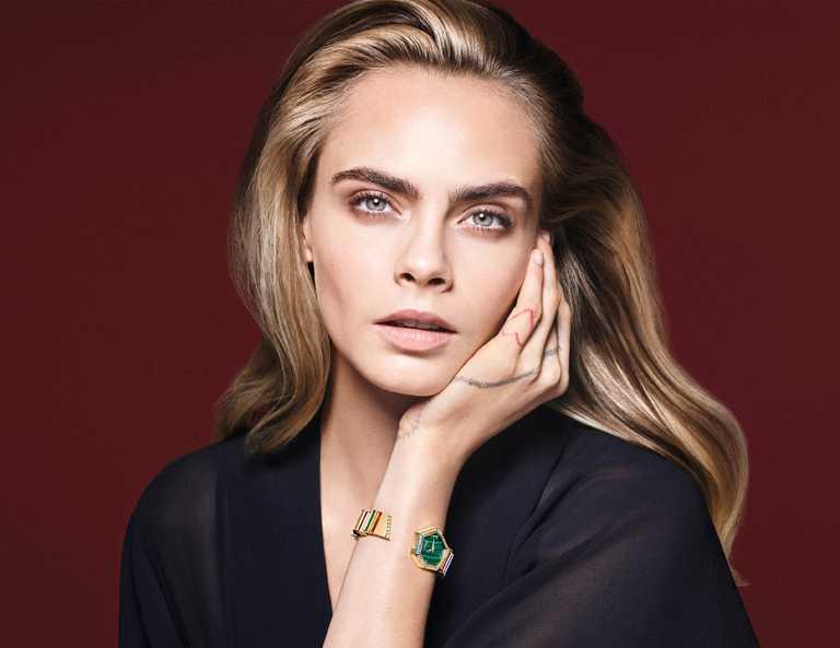 英國超模卡拉迪樂芬妮(Cara Delevingne),優雅佩戴DIOR「Gem Dior」黃金鑽石彩寶腕錶,展現當代女性獨有的率性魅力。