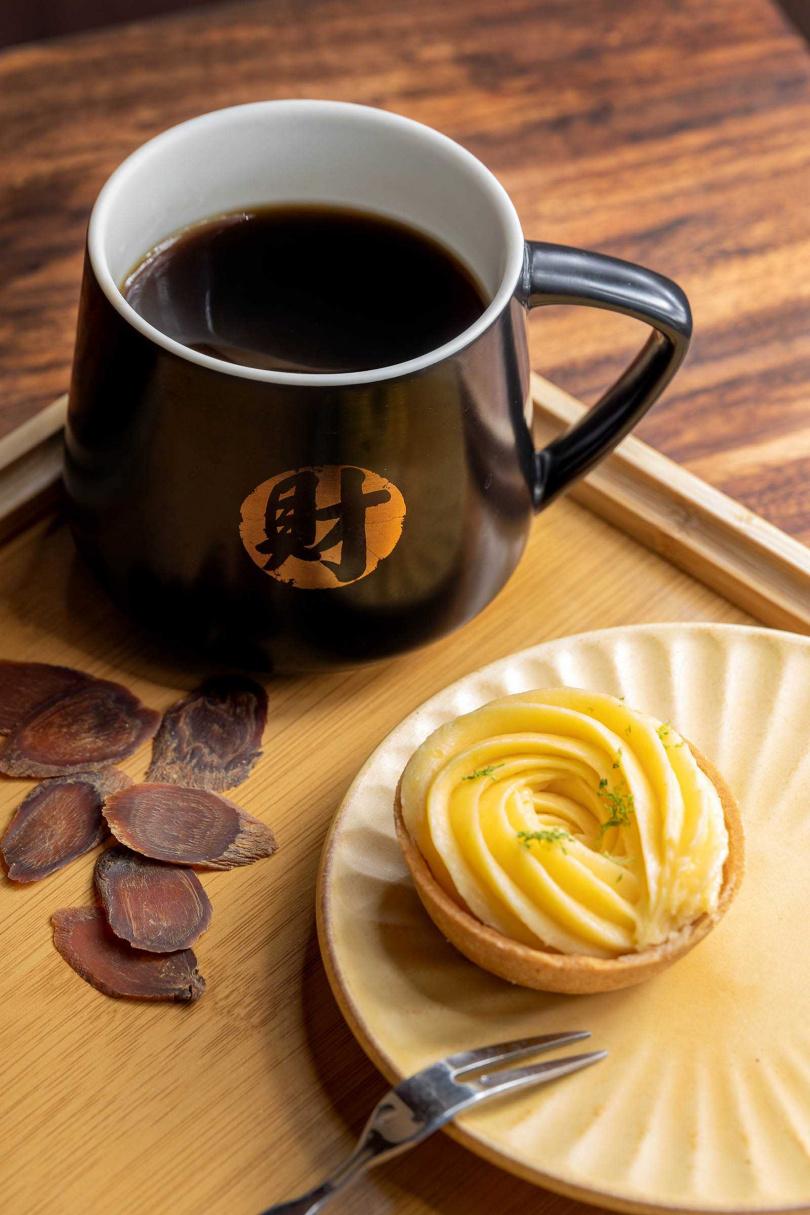 獨特的漢方飲品搭配手工私房甜點,享受苦甘交融的滋味。(人蔘咖啡200元、檸檬塔79元)(圖/焦正德攝)