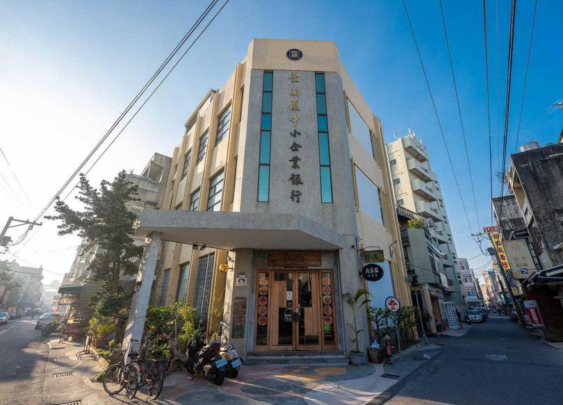 「好住民宿」的外觀寫著「臺南區中小企業銀行」,挑高建築氣勢恢宏。(圖/焦正德攝)