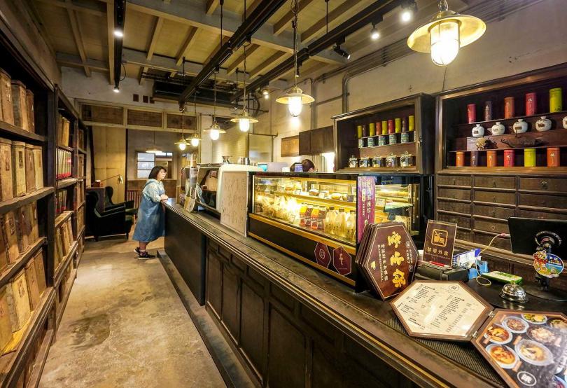 「北港保生堂-漢方咖啡館」保留中藥櫃與木質櫃台,別有韻味。(圖/焦正德攝)
