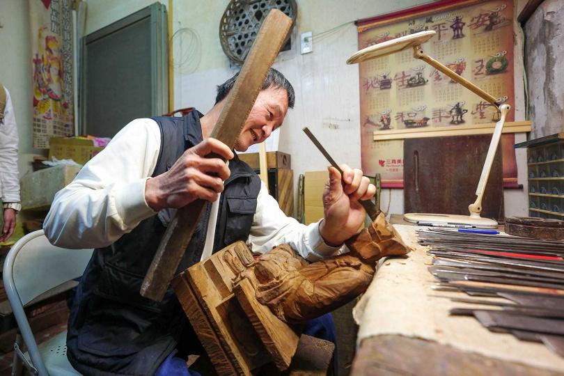陳明洲一生奉獻給粧佛工藝,在他的巧手雕琢下,每件作品都是細膩生動。(圖/焦正德攝)
